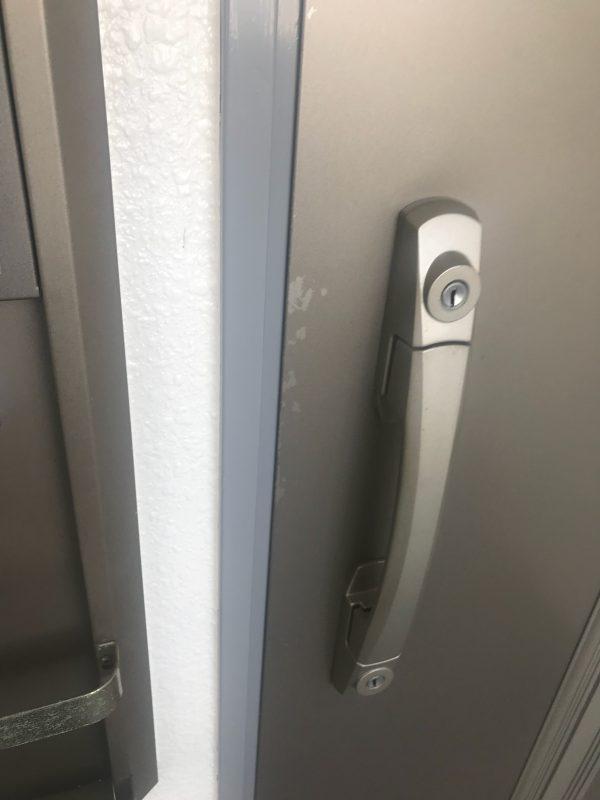 玄関扉の塗装剥がれ